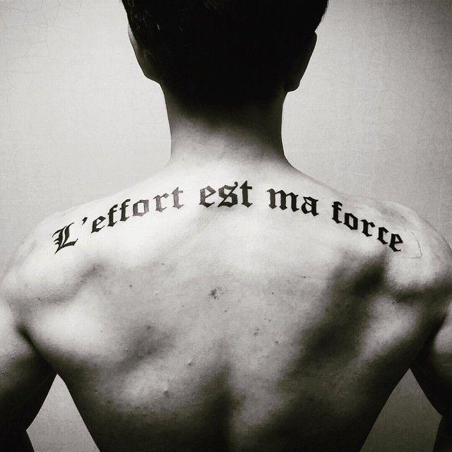 tatuagem nas costas masculina - Frases